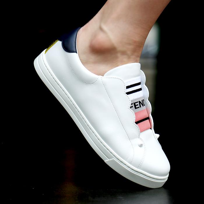 8E6592 3S0 <BR>徽标弯曲松紧帆布鞋女士运动鞋(WH)
